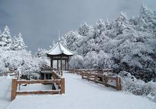 Gloriette mit Schnee Lizenzfreie Stockbilder
