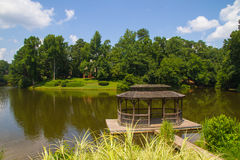 Gloriette naast een meer in de zomer Stock Foto