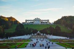 Gloriette Schonbrunn i Wien på solnedgången Arkivbild