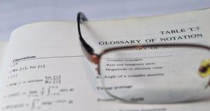 Glossar der Anmerkungen auf einem Schul- und Hochschullehrbuch Stockfotografie