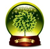 Glosy Kugel mit grünem Baum. Stockfotografie
