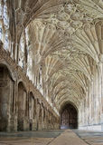 GLOUCESTER UK - Augusti 17, 2011: En korridor i kloster av den Gloucester domkyrkan Arkivbilder