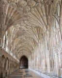 GLOUCESTER UK - Augusti 17, 2011: En korridor i kloster av den Gloucester domkyrkan Royaltyfria Bilder