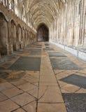 Gloucester UK - Augusti 17, 2011: Korridoren i kloster av den Gloucester domkyrkan är ett av de tidigaste bekanta exemplen av fa Royaltyfri Bild