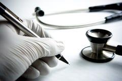 Gloved beschermend dient het Medische Schrijven van de Scène in royalty-vrije stock foto
