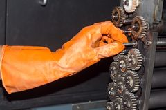 Gloved handen die toestellen van fotoprinter herstellen royalty-vrije stock afbeeldingen