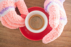 Gloved ręki trzyma filiżankę kawy Zdjęcie Stock