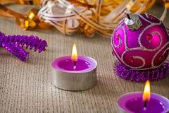 Gloving свечи рождества и розовая сусаль безделушки Стоковые Фото
