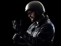 Glowes vestindo do motociclista Imagem de Stock