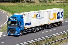GLS-vrachtwagen op autosnelweg Royalty-vrije Stock Afbeeldingen