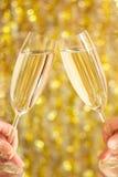 Gläser Champagner in den Händen Stockfoto