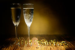 Gläser Champagner- und Goldtabellen 2016 auf einem hölzernen backg Lizenzfreies Stockfoto