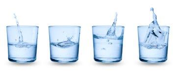 Gläser mit dem Spritzen des Wassers Lizenzfreie Stockfotografie