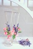 Gläser mit einem Champagner verzierten dekorative Blume Lizenzfreies Stockfoto