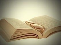 Gläser und Buch-Weinlese Stockfotografie