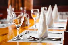 Gläser und Platten auf Tabelle in der Gaststätte Lizenzfreie Stockfotos