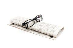 Gläser und Zeitung Lizenzfreies Stockfoto