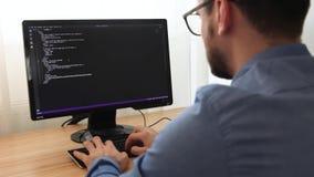 glsses的程序员键入html代码的新的线  网络设计事务和网发展概念 自由职业者的工作 股票录像