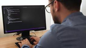 glsses的程序员键入html代码的新的线  网络设计事务和网发展概念 自由职业者的工作 影视素材