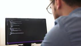 glsses的程序员键入html代码的新的线  网络设计事务和网发展概念 自由职业者的工作 股票视频
