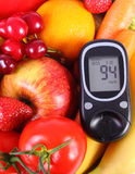 Glucometer用水果和蔬菜,健康营养,糖尿病 免版税库存图片