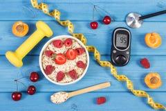 Glucometer,燕麦剥落用果子、哑铃和糖尿病的厘米,概念,减肥和健康生活方式 库存图片