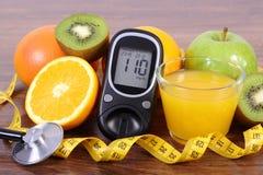 Glucometer για τον έλεγχο του επιπέδου, του στηθοσκοπίου, των φρούτων, του χυμού και του εκατοστόμετρου ζάχαρης Στοκ Εικόνες