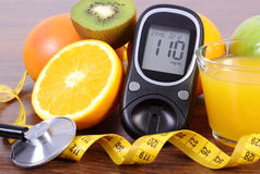 Glucometer, στηθοσκόπιο, φρούτα, χυμός και εκατοστόμετρο, τρόποι ζωής διαβήτη και διατροφή Στοκ εικόνες με δικαίωμα ελεύθερης χρήσης