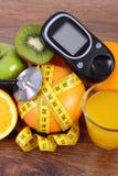 Glucometer, στηθοσκόπιο, φρούτα, χυμός και εκατοστόμετρο, τρόποι ζωής διαβήτη και διατροφή Στοκ φωτογραφίες με δικαίωμα ελεύθερης χρήσης