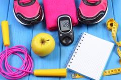 Glucometer, ботинки спорта, свежее яблоко и аксессуары для фитнеса на голубых досках, космоса экземпляра для текста Стоковое Изображение RF