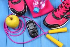 Glucometer, ботинки спорта, свежее яблоко и аксессуары для фитнеса на голубых досках Стоковое Изображение RF