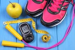 Glucometer, ботинки спорта, свежее яблоко и аксессуары для фитнеса на голубых досках Стоковые Фотографии RF