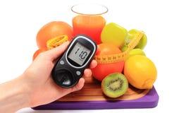 Glucometer, плодоовощи, гантели, рулетка и стекло сока Стоковое Изображение RF