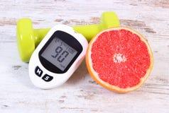 Glucometer, свежий грейпфрут и гантели для фитнеса, диабет, здоровые образы жизни Стоковые Фотографии RF