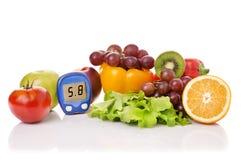 Glucometer для уровня глюкозы и здоровых натуральных продуктов стоковое изображение rf