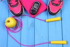 Glucometer, chaussures de sport, pomme fraîche et accessoires pour la forme physique sur les conseils bleus, l'espace de copie po Photos stock