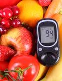Glucometer com frutas e legumes, nutrição saudável, diabetes Imagem de Stock Royalty Free