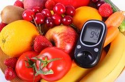 Glucometer con las frutas y verduras, nutrición sana, diabetes imagenes de archivo