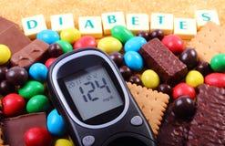 Glucometer, cukierki i trzcina brown cukier z słowo cukrzycami, niezdrowy jedzenie fotografia royalty free