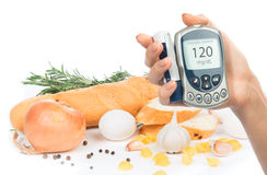 Glucometer di concetto del diabete ed alimento sano fotografia stock libera da diritti