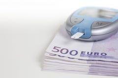Glucometer em 500 notas do Euro Fotografia de Stock Royalty Free