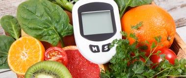 Glucometer för att mäta och att kontrollera sockernivån och frukter och grönsaker Begrepp av sockersjuka, sunda livsstilar och nä arkivbild