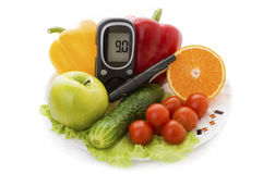 Glucometer för glukosnivå och sund organisk mat Arkivbilder
