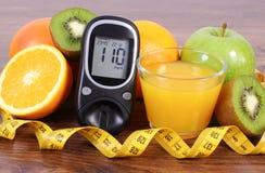 Glucometer, Früchte, Saft und Maßband, Diabeteslebensstile und Nahrung Lizenzfreie Stockfotos