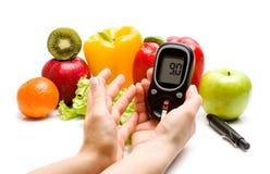 Glucometer fruits frais, concept pour le diabète, nutrition et immunité amincissantes et saines de renforcement Photographie stock libre de droits
