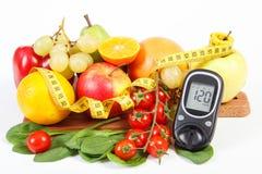 Glucometer frukter med grönsaker och cm, sockersjuka och sund livsstil Royaltyfri Fotografi
