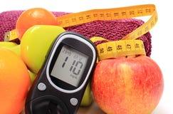 Glucometer, frutas frescas, cinta métrica, accesorios para la aptitud Fotografía de archivo