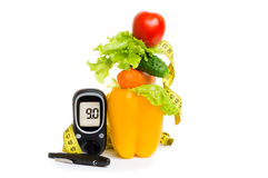 Glucometer frutas frescas, concepto para la diabetes, nutrición e inmunidad de la consolidación que adelgazan, sanas fotografía de archivo libre de regalías