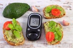 Glucometer i świeżo ściska z pastą avocado, cukrzyce, zdrowy jedzenie i odżywianie, Zdjęcia Stock