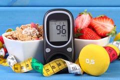 Glucometer para verificar o nível do açúcar, o alimento saudável, os pesos e o estilo de vida do centímetro, do diabetes, o saudá fotografia de stock royalty free